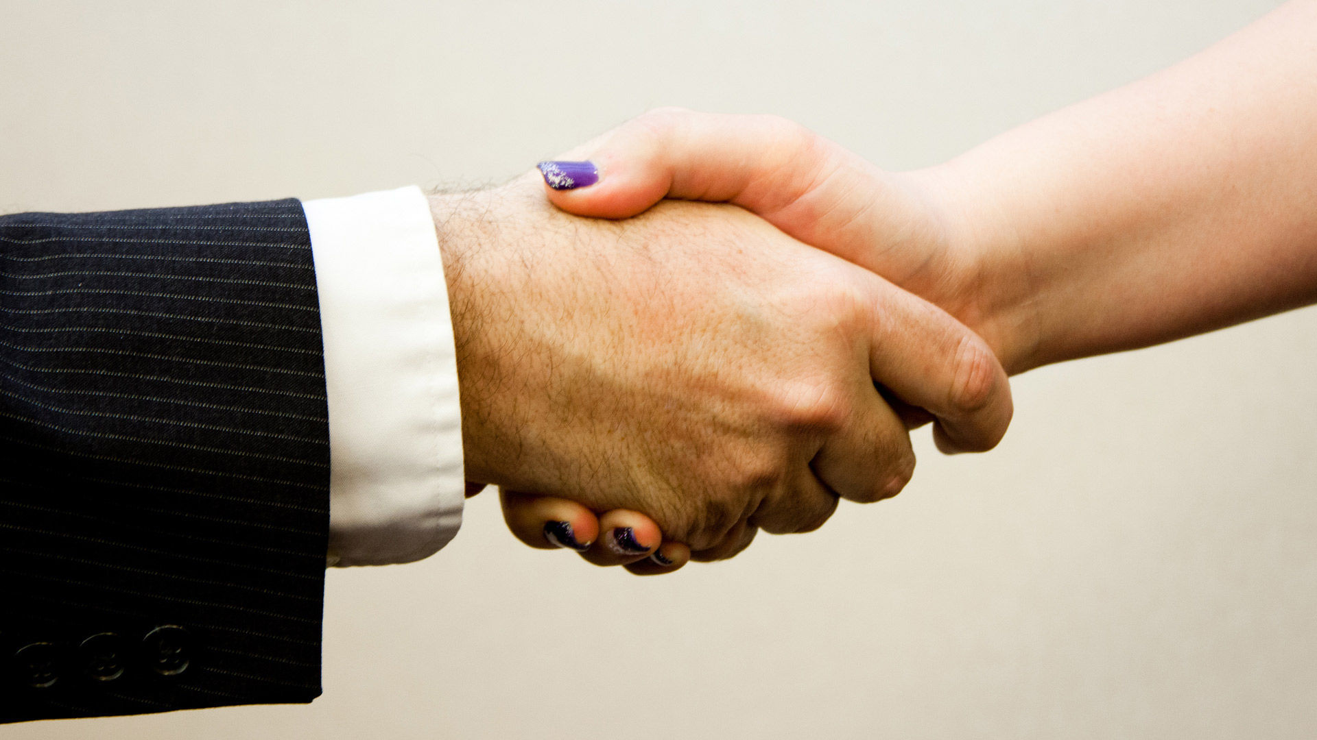 Парень руку жмет при почему знакомстве
